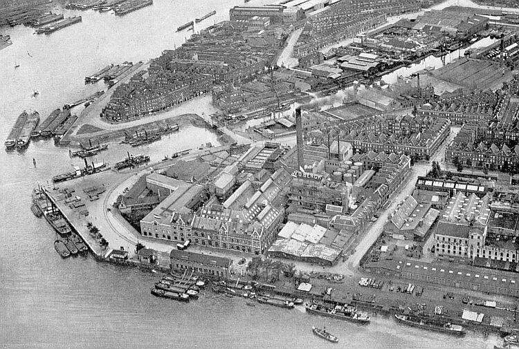 Luchtfoto van dit deel van Feijenoord, eerste helft 20e eeuw. (Afbeelding: buurtvereniging Stampioendwarsstaten)