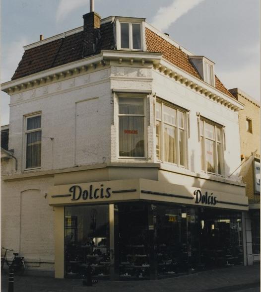 Huis 'De Croon' op een opname uit 1990. Het pand ziet er tegenwoordig ietsje beter uit dan 24 jaar geleden, schoenenwinkel Dolcis zit er nog altijd in. (Afbeelding: RHC 't Markiezenhof)