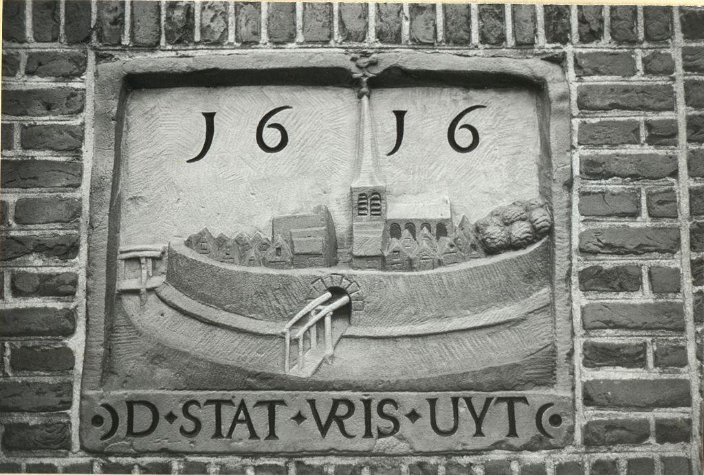 Een zicht op Friesoythe (middelnederlands: 'Vris Uyt') op een gevelsteen te Delft, daterend van 1616. (Afbeelding: J. Hoekstra/Creative Commons)