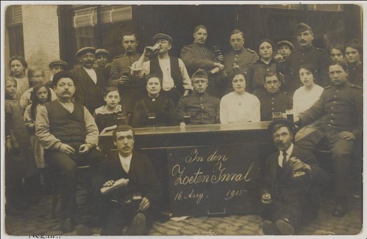 Zoekplaatje: ik ben nog altijd op zoek naar een foto van mijn betovergrootouders Kees Linders en Maria van den Boom. Op deze foto gasten van café 'Den Zoeten Inval' aan de Vischmarkt rond 1915, waar mogelijk zij, of verdere familie, op te zien zijn. Iemand? (Afbeelding: RHC 't Markiezenhof)