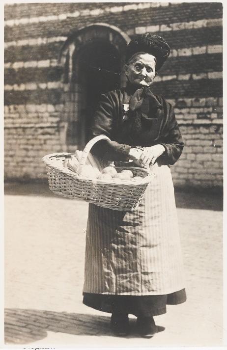 Anneke van Gin met haard mandje voor het Markiezenhof op 22 mei 1937. (Afbeelding: RHC 't Markiezenhof)